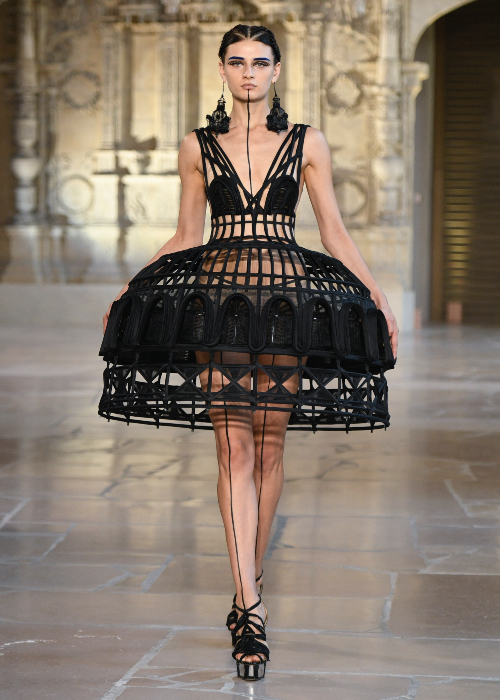 Guo Pei L'Architecture AW18 Look 1